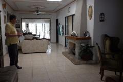 en planta baja tiene sala cocia comedor recamaras con bao y vestidor cochera para autos jardin con arboles frutales terraza con