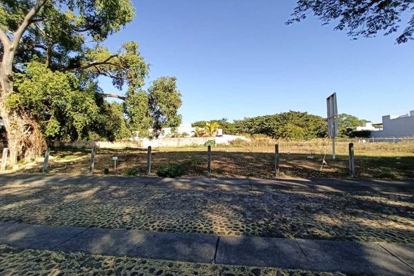 Foto de terreno habitacional en venta en avenida la paz 13 , parque royal, colima, colima, 18748891 No. 01