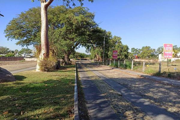 Foto de terreno habitacional en venta en avenida la paz 14 , parque royal, colima, colima, 18748887 No. 02